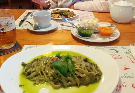 Restaurante y Bar La Gran Ola : tagliatelle al pesto, aubergine rolls & mojos.