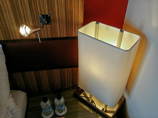 Radisson Blu Hotel London Stansted Airport: Bedside lighting