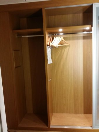 Radisson Blu Hotel London Stansted Airport : Storage space
