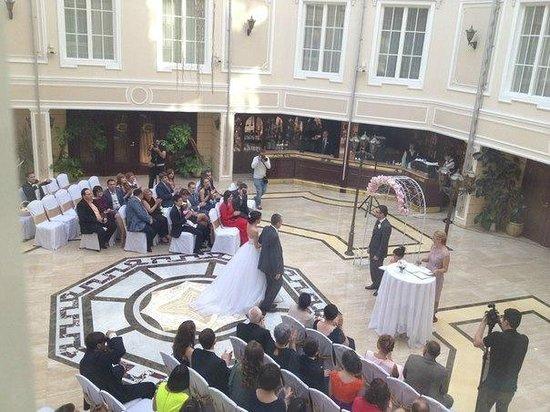 Grand Hotel Emerald: Зал, где проводятся завтраки, а позже заказывают свадебные церемонии.
