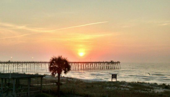 Sand Dunes Motel : Sunrise over pier