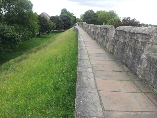 Mur d'enceinte : The path along the York Walls