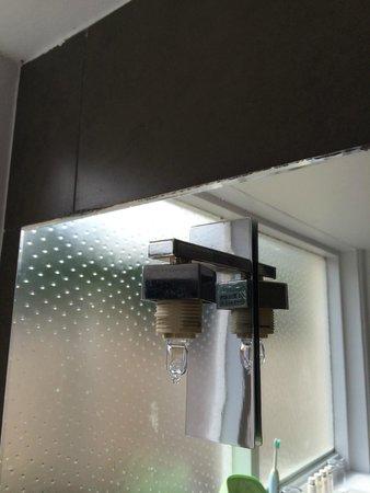 St. Ives Harbour Hotel & Spa: Broken light fitting