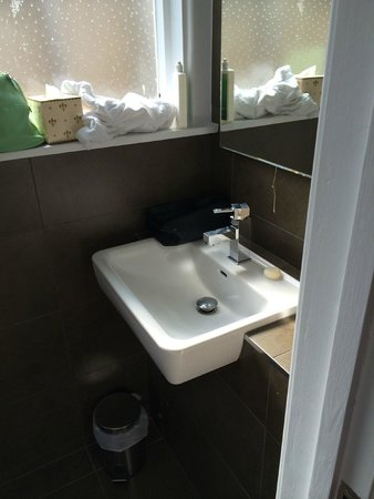 St. Ives Harbour Hotel & Spa: No hand rail for the towel