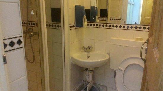 St. David's Hotels: Shared bathroom