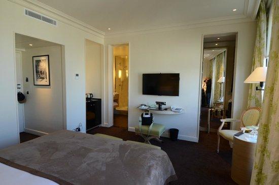Grand Hotel du Palais Royal : view to bathroom and wardrobe area