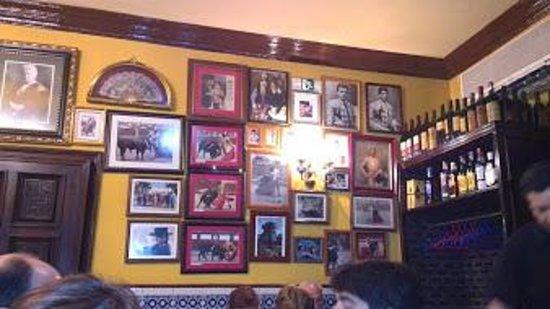 La Chata: Foto di toreri alle pareti