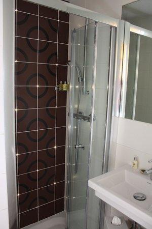 Five Hôtel : no more then 90x 60 cm, but clean