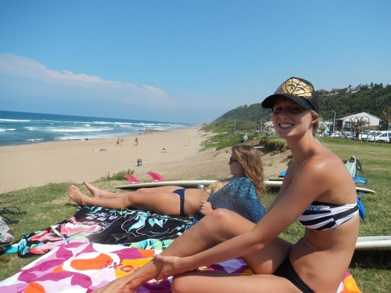 Ansteys Beach Backpackers: A fun day at the beach in front of our place :)