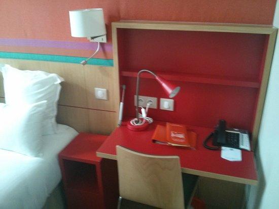 Best Western Hotel Du Mucem: Desk