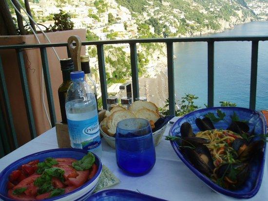 Caffè Positano : ムール貝のスパゲッティとトマト・サラダ