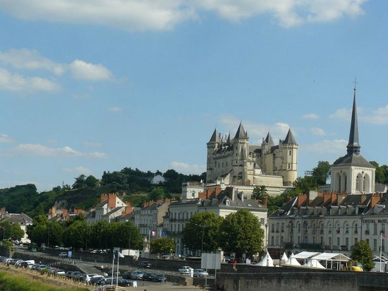 Le Tasting Room Wine - Day Tours : The pretty market town of Saumur, perched by the river Loire