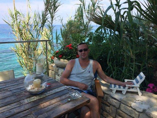 Paradisso Beach Villas: стол под деревом