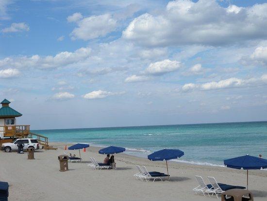 Ramada Plaza Marco Polo Beach Resort: la plage de l'hôtel