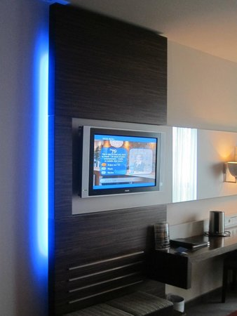 Absolute Hotel: TV and nice lighting