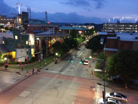 Hampton Inn & Suites Chattanooga / Downtown : View from balcony at dusk