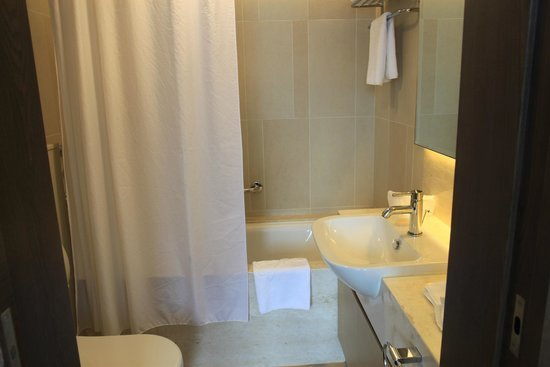 The Salisbury-YMCA of Hong Kong: Very nice, clean bathroom