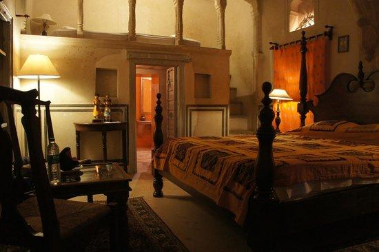 Hotel Chobdar Haveli : La chambre avec sa mezzanine