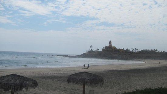 Cerritos Surf Town : View down the beach to the Hacienda