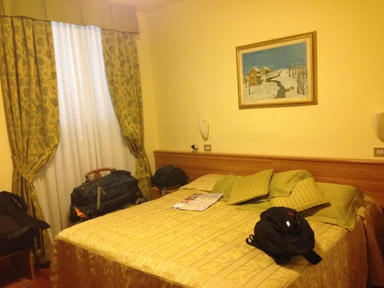 Hotel Colomba : Large bed and closet for hanging clothes