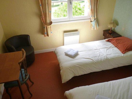 Domaine de la Grangeotte: slaapkamer met uitzicht op de tuin