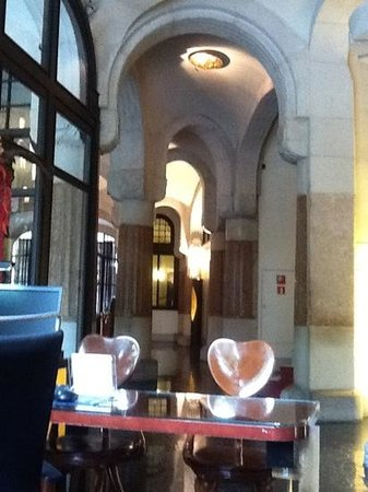 Hotel Casa Fuster: Entry area with Gaudi designed chairs