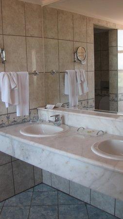 Sirene Belek Hotel: ванна и душ в номере