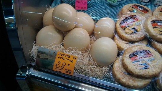 Mercado de Santa Caterina: Barraca vendendo ovos de avestruz