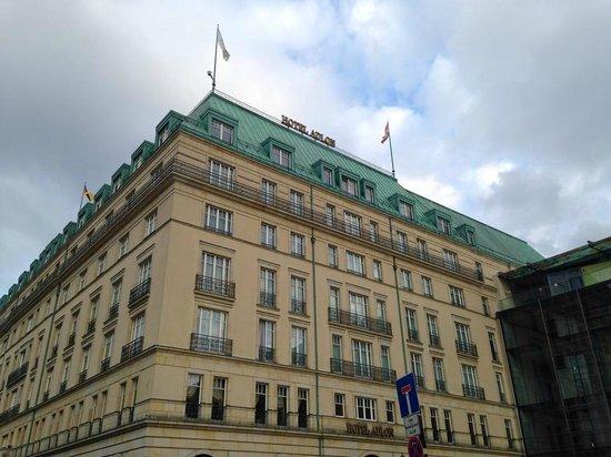 Hotel Adlon Kempinski: exterior of hotel Adlon