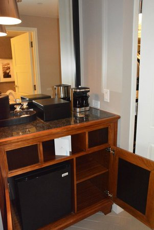 Omni Nashville Hotel: Fridge/coffee area - in room.