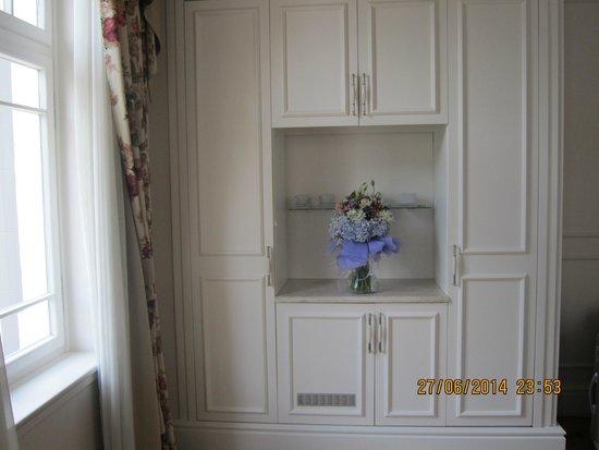 Corinne Hotel: Birthday flowers in room