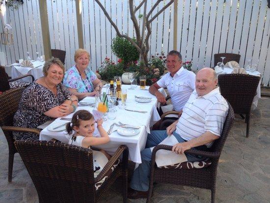Ficardo Restaurant: Avae and friends!!!