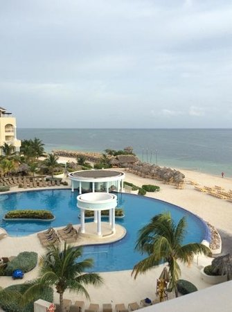 Iberostar Rose Hall Suites: Sideview of Oceanfront room