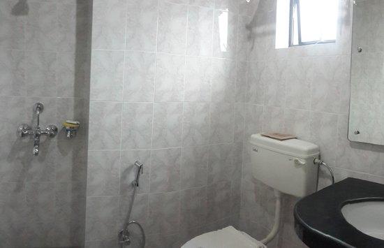 Hotel Atithi : Superior Room Bathroom