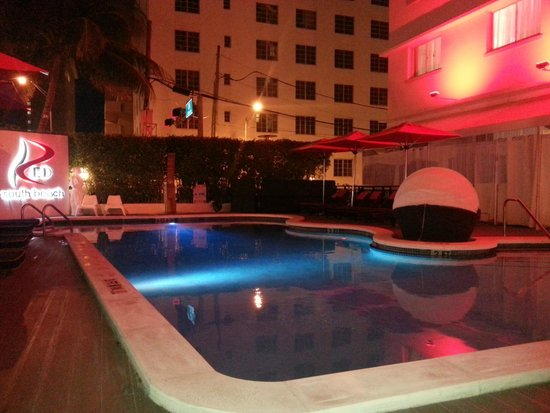 Red South Beach Hotel: swimming pool .... seems to be really nicer than reality !