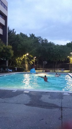 DoubleTree Suites by Hilton Hotel Raleigh-Durham : Outside Pool area with a view of the lake and other activities