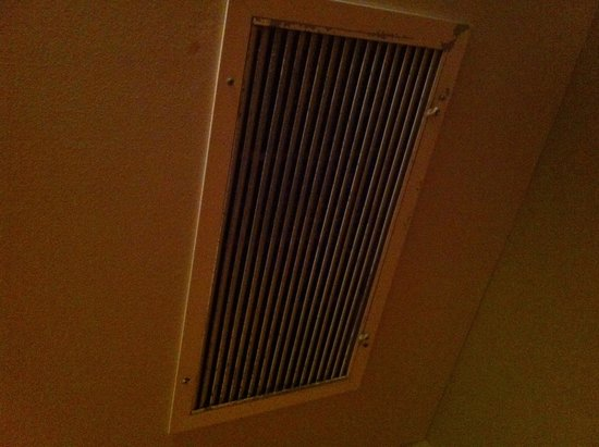 Nantucket Rainbow Cottages: Disgusting vent above bunk bed in 3A
