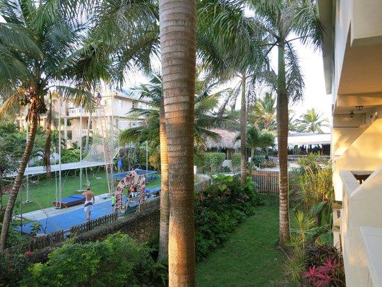 Extreme Hotel: Blick aus dem Zimmer auf den Garten mit Akrobatikschule