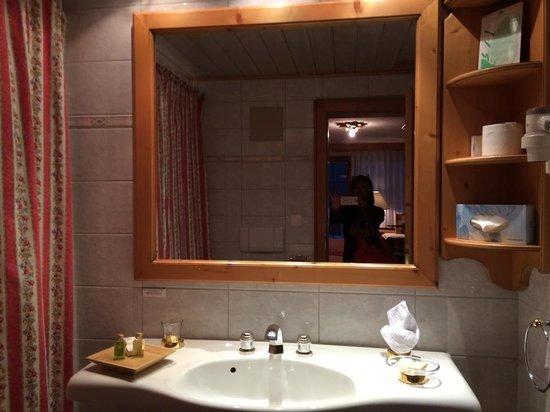 Hotel Berghof Zermatt: バスルーム