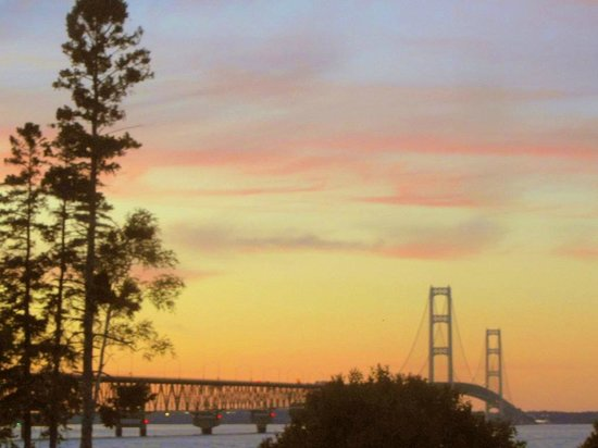 Mackinaw Beach and Bay - Inn & Suites: Mighty Mac can be seen easily from the patio