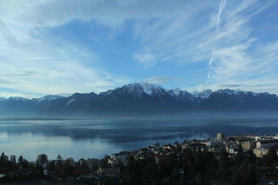 GoldenPass Line : Início do passeio (lenta subida do trem), vista da cidade de Montreux e lago Léman