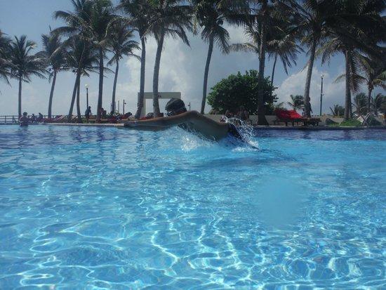 Grand Oasis Cancun : pool time