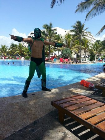 Grand Oasis Cancun: Pool side entertainment