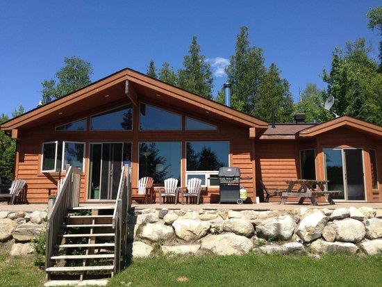 Les Chalets du Lac Grenier : Chalet exterior with deck