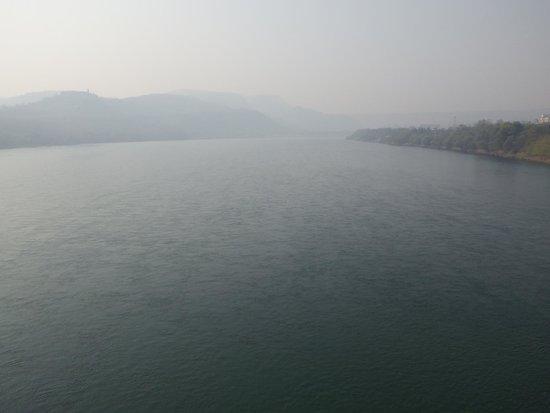 Yuanqu County, China: かすんでダムが・・・