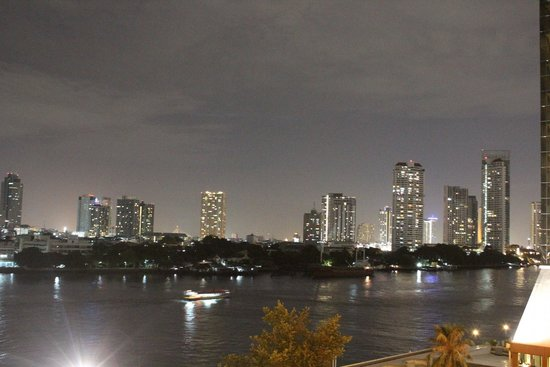 Ramada Plaza Bangkok Menam Riverside : Night view from the room