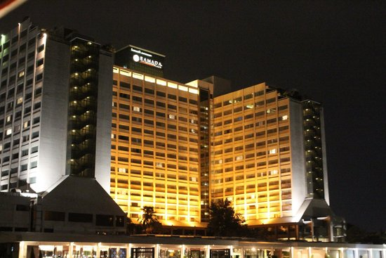Ramada Plaza Bangkok Menam Riverside: View of the back of the hotel by night from the river