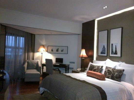 Anantara Riverside Bangkok Resort: the room is super fab