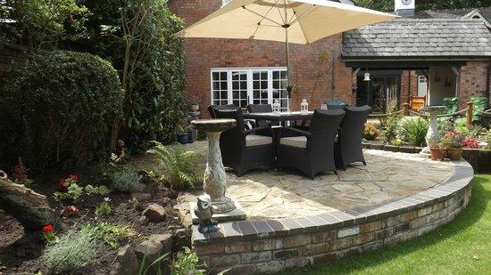 Coachmans Cottage: patio area