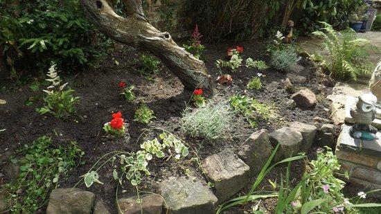 Coachmans Cottage: flower beds